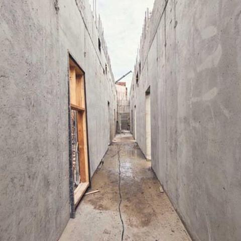 Ведутся работы по устройству монолитных стен первого этажа секций D1 и D2